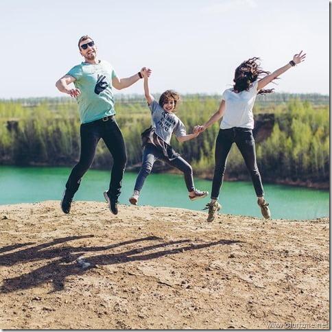 всей семьей на вершине горы с видом на голубое озеро