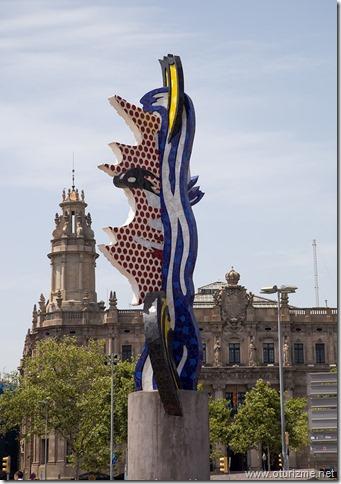 В Барселоне много причудливых скульптур